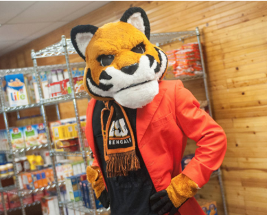 Benny the Bengal visits ISU student food bank