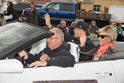 President and Dr. Laura Vailas at homecoming parade